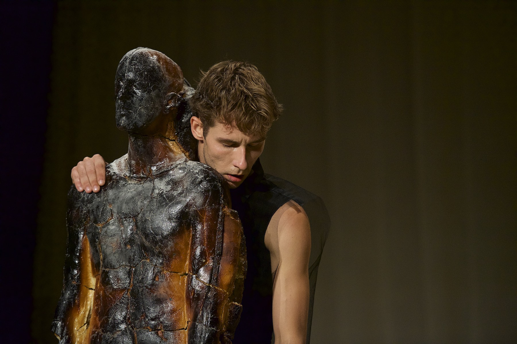 Mann und Skulptur
