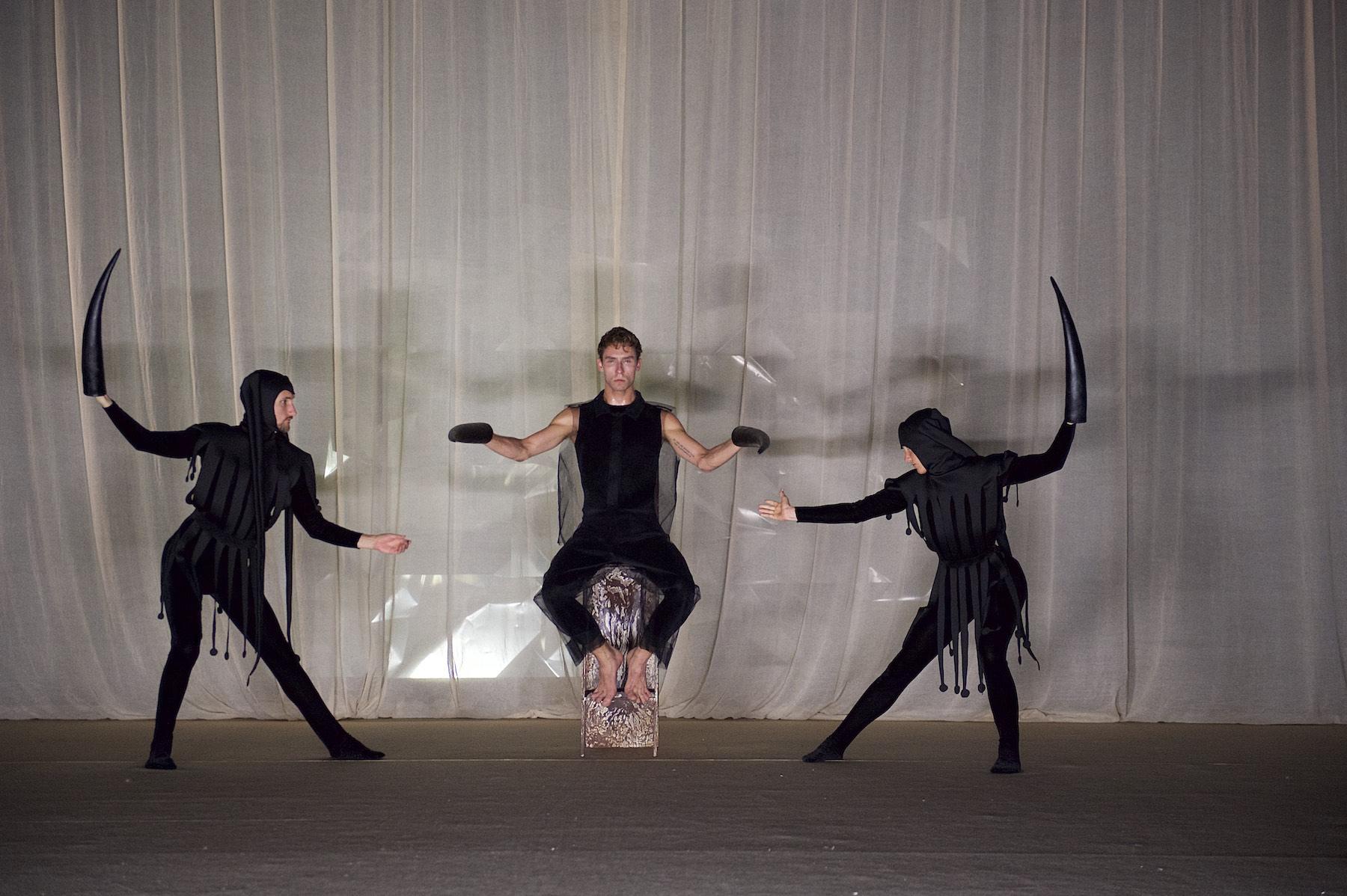 Drei Menschen bei Performance