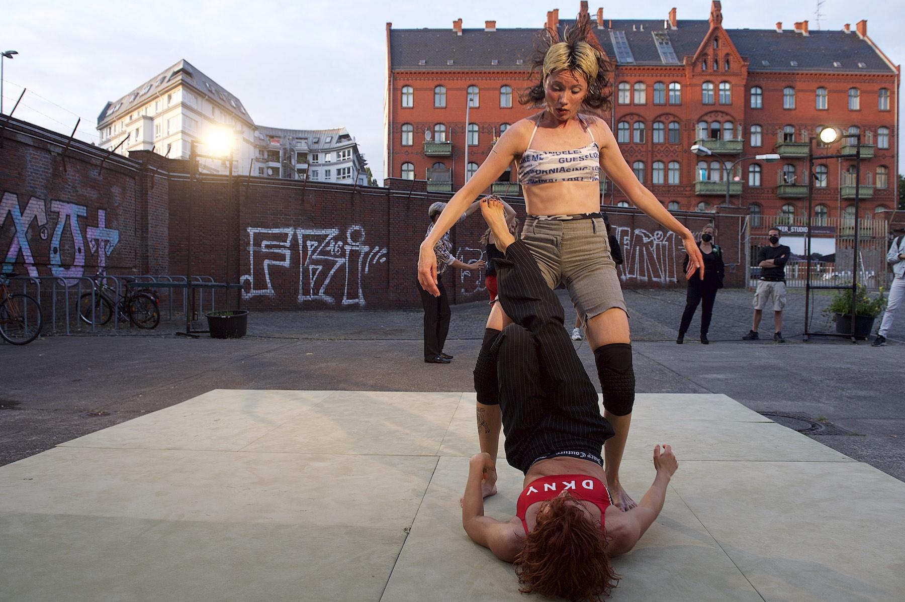 Tänzerinnen während Performace