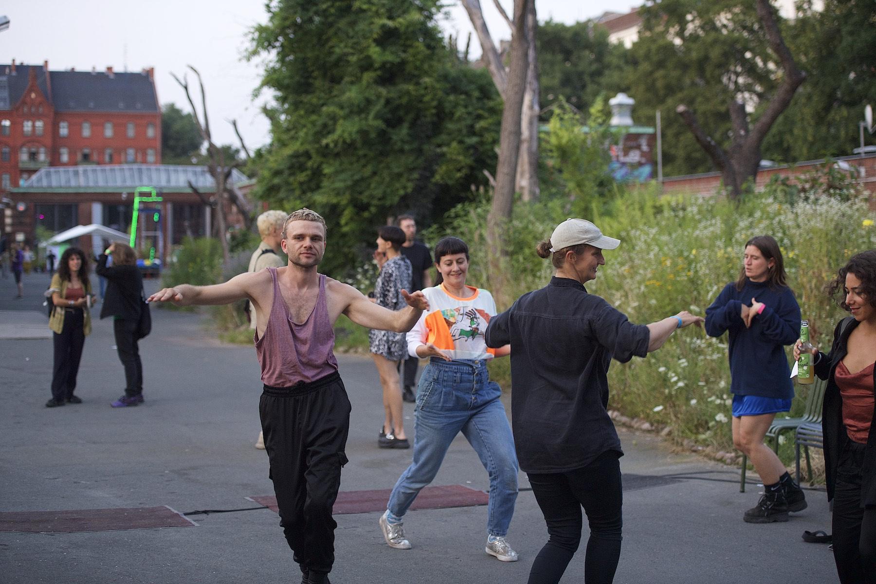 Künstlerinnen tanzen